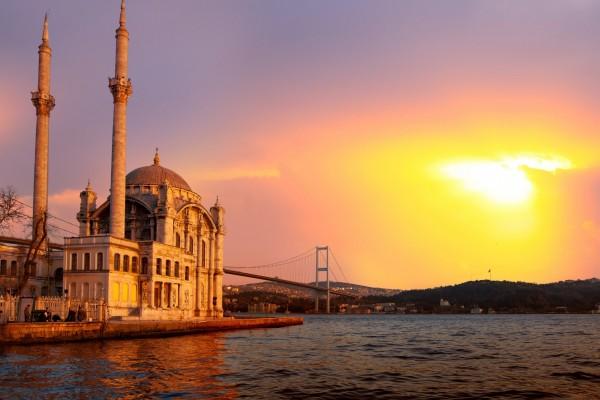 El sol ilumina la Mezquita Ortaköy (Estambul, Turquía)
