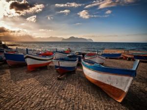 Botes en la costa de Sicilia, Italia