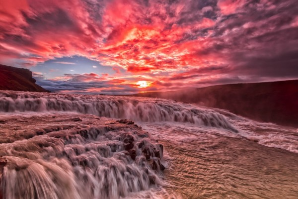 Un gran río al amanecer