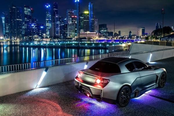 Un Mazda RX-8 en la ciudad al anochecer
