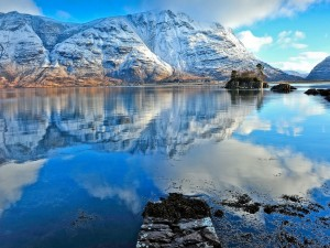 La belleza del paisaje se refleja en el agua