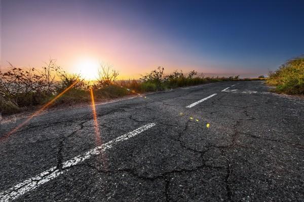 Los rayos del sol caen sobre la carretera