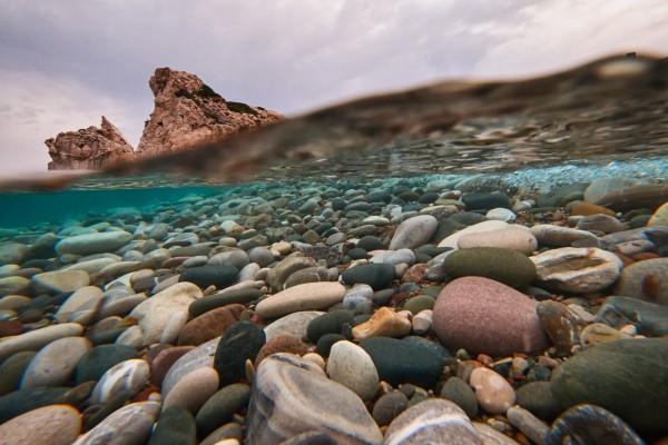 Gran variedad de piedras en el agua