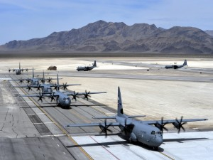 Postal: Aviones C-130J en la pista de aterrizaje