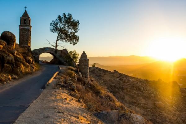 El sol de la mañana alumbra la pequeña carretera