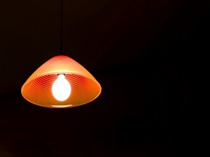 Postal: Lámpara naranja en un fondo negro