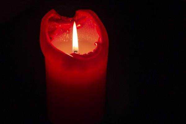 Vela roja encendida