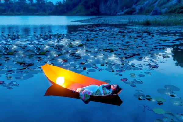 Elegante mujer acostada en un bote