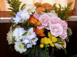 Hermoso ramo de flores en un jarrón