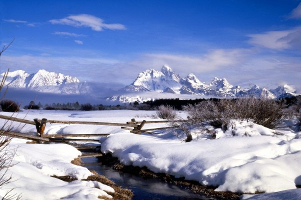 Un riachuelo entre la nieve