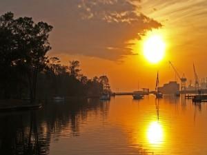 Postal: El sol iluminando el puerto