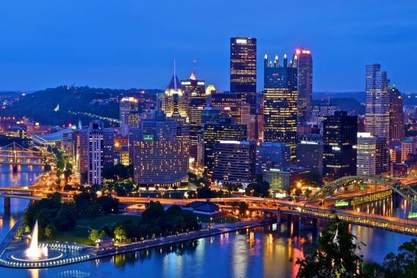Una hermosa vista nocturna de la ciudad de Pittsburgh