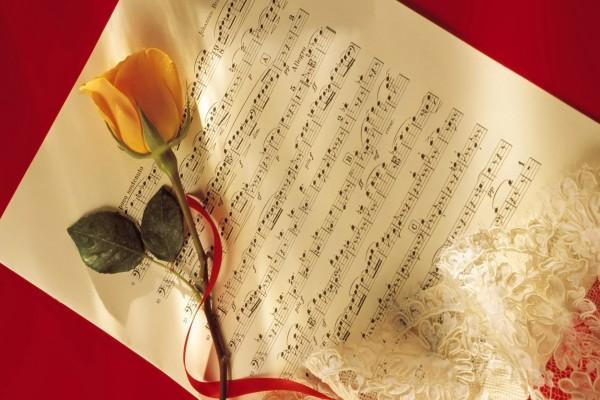 Una partitura y una delicada rosa