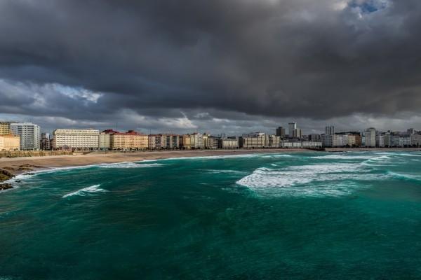Nubes oscuras sobre una playa