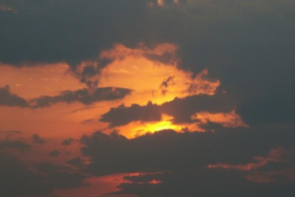 Nubes oscuras al atardecer