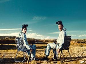 Walter con una pistola y Jesse con un bate sentados en el desierto