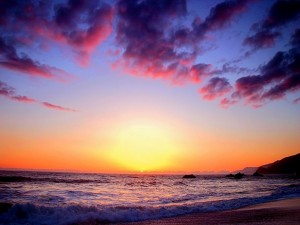 El último destello del sol visto desde la playa