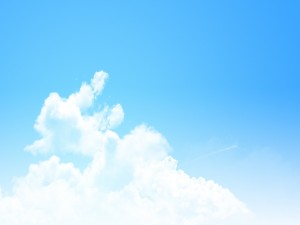 Postal: Un cielo azul claro y unas nubes blancas