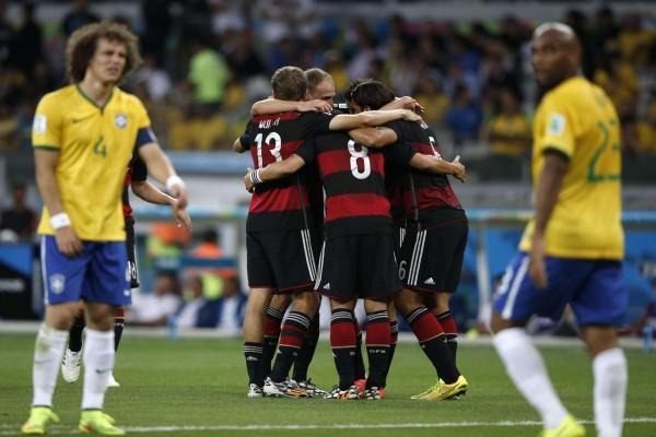Abrazo de los jugadores de la Selección Alemana tras ganar a Brasil en semifinales (Mundial 2014)