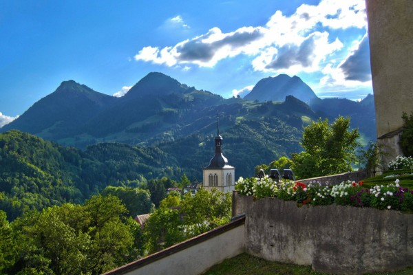 Vista del campanario y las montañas