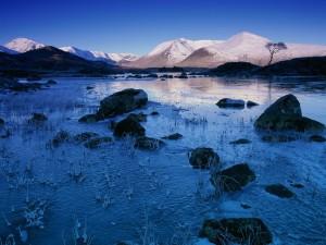 Un lago helado entre las montañas