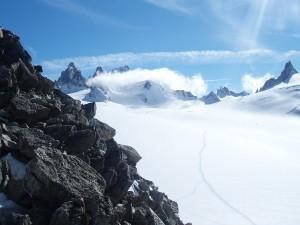 Nubes sobre los picos de las montañas
