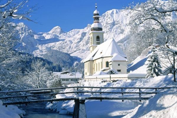 Pequeño pueblo cubierto de blanca nieve