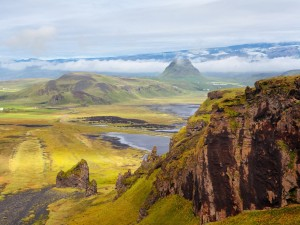 Montañas y llanura verde