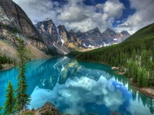 Un lago entre montañas perfecto para recorrer en canoa