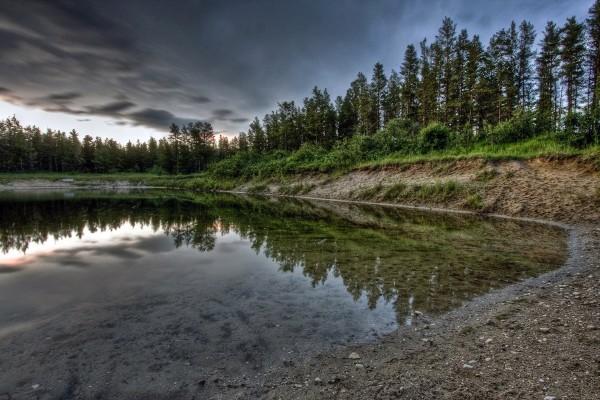 Tierra en la orilla del lago