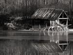 Una cabaña de madera en la orilla del lago
