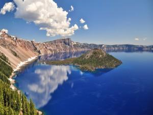 Pequeña isla en el gran lago azul