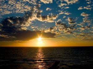 Postal: Destellos del sol sobre el agua del mar