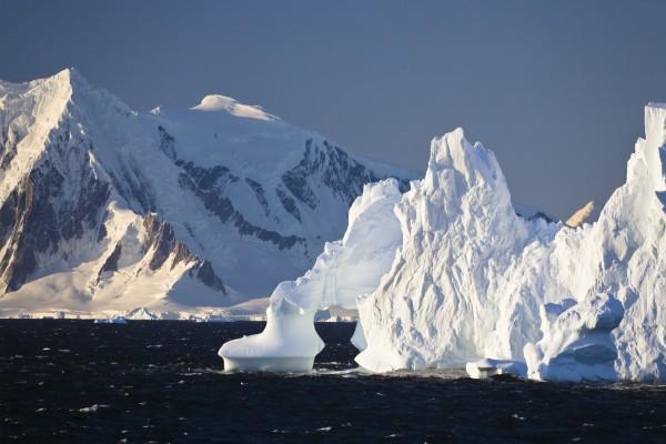 Gran iceberg junto a la montaña