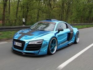 Postal: Audi R8 azul circulando por una carretera
