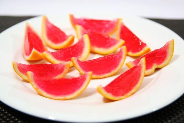 Gelatina en la corteza de una naranja