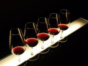 Cinco copas de vino tinto