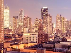 Edificios con luces en la ciudad de Nueva York
