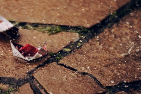 Gotas de lluvia sobre un barco de papel