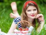 Una sensacional mujer con una cesta con fresas