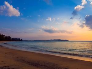 El sol ilumina una gran playa