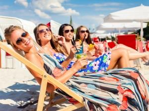 Mujeres sonrientes sentadas en tumbonas