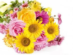 Bello ramillete de flores amarillas y rosas