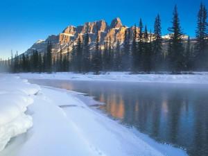 Hielo y nieve en las orillas del río