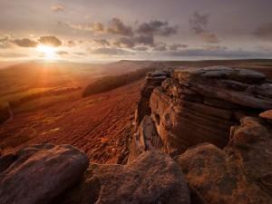 Contemplando el atardecer desde un alto y rocoso lugar