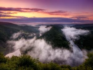 Nubes sobre el río al amanecer
