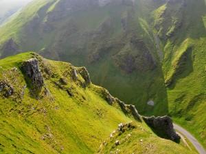 Postal: Carretera entre las verdes montañas