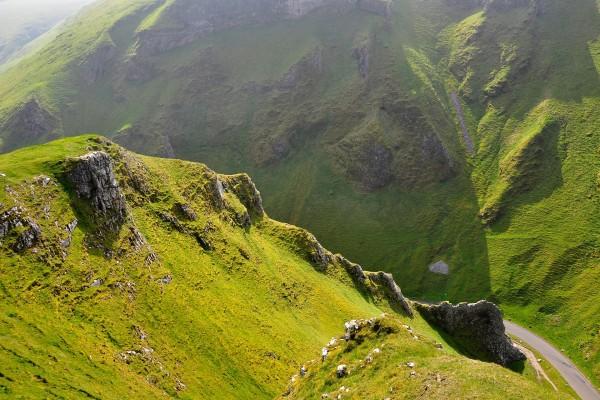 Carretera entre las verdes montañas