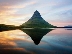 Postal: Montaña verde reflejada en el agua