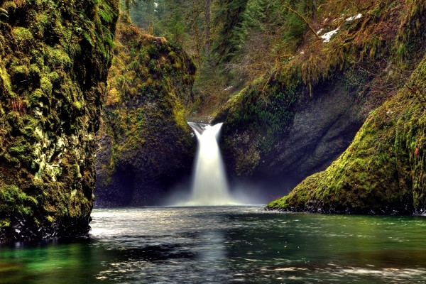 Una bonita cascada entre montañas
